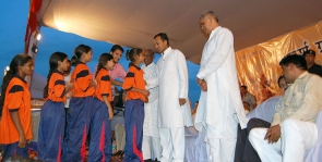 <h5>Naveen Jindal with young sportspersons</h5>